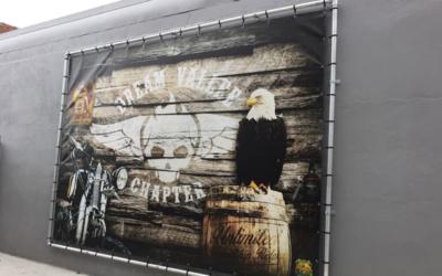Enseigne murale en bâche tendue